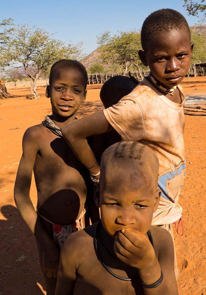 Niños Himba. Fotografía de Josep Maria Isach Boixader efectuada en el viaje a Namibia